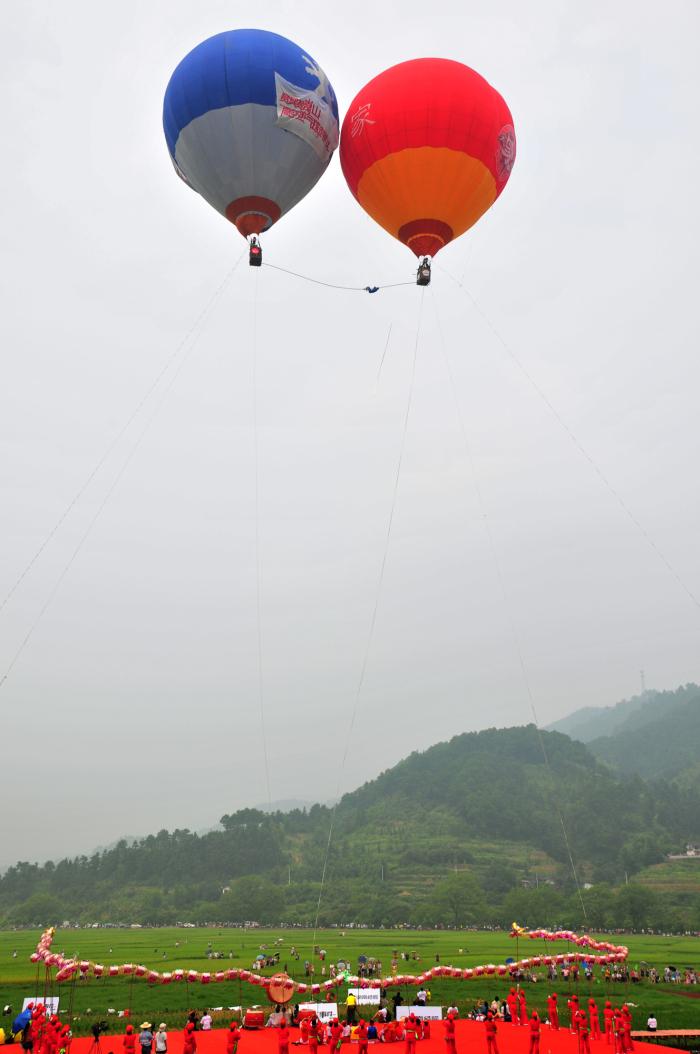 赛买提·艾山在崀山景区挑战高空走钢丝