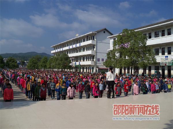罗白九年义务制学校开展千人学唱校歌活动