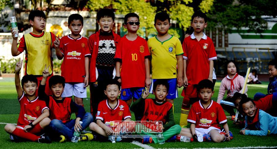 足球场上的小勇士们