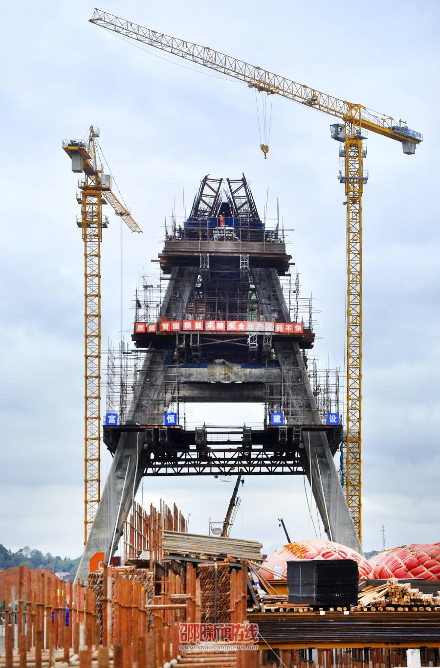 邵阳雪峰大桥主塔建设完成63米 12月底完成施工