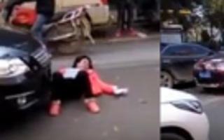 实拍女子当街躺车前碰瓷