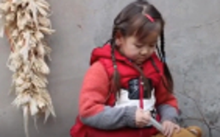 5岁女儿想救患癌爸爸 每天拿玩具熊练习打针