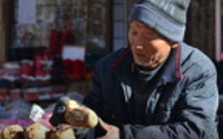 大爷烤红薯十几年 日挣千元城市买房
