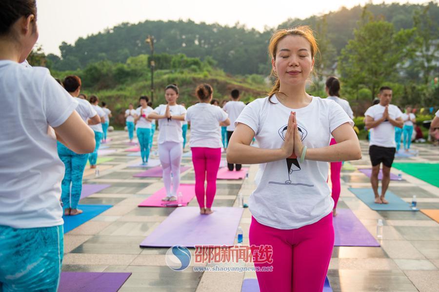 邵阳市百多名瑜伽爱好者开展特色双人瑜伽活动