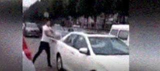 父亲带小三去挂牌 儿子撞见怒砸新车