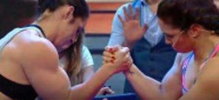 女子掰手腕比赛手臂直接被掰断