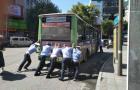 邵阳市区五一南路一公交车发生故障 民警齐推车