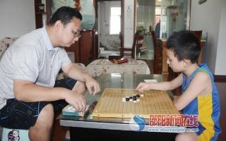 邵阳9岁少年庞勇博酷爱下五子棋 勇夺全省冠军