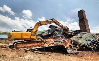 为了清新空气,拆除非法砖厂!