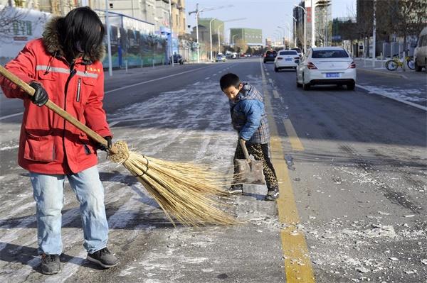 7岁男孩假期帮妈妈铲雪:不想妈妈太辛苦