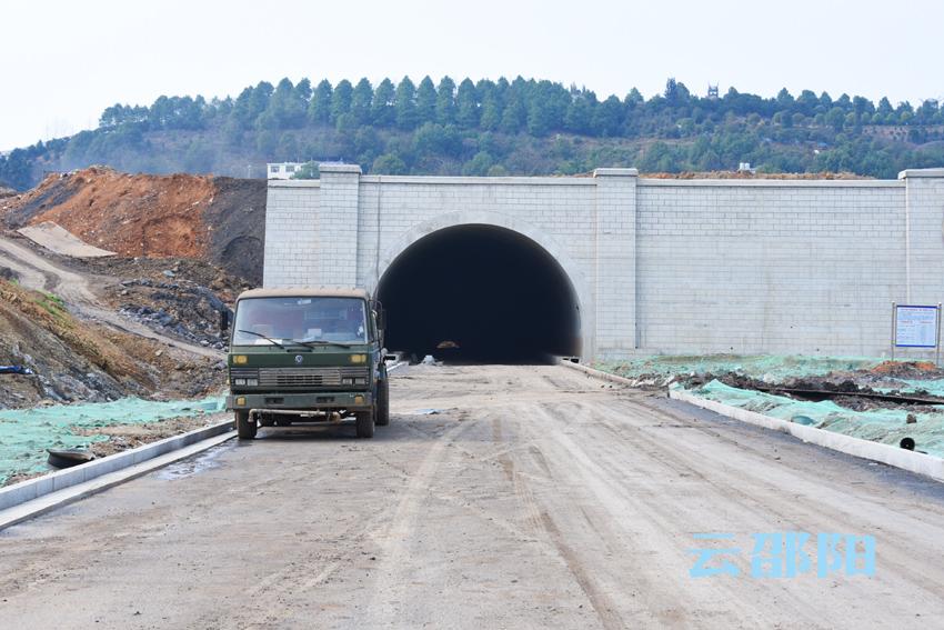 隧道南端的道路已完成了硬化并铺上了沥青。.jpg