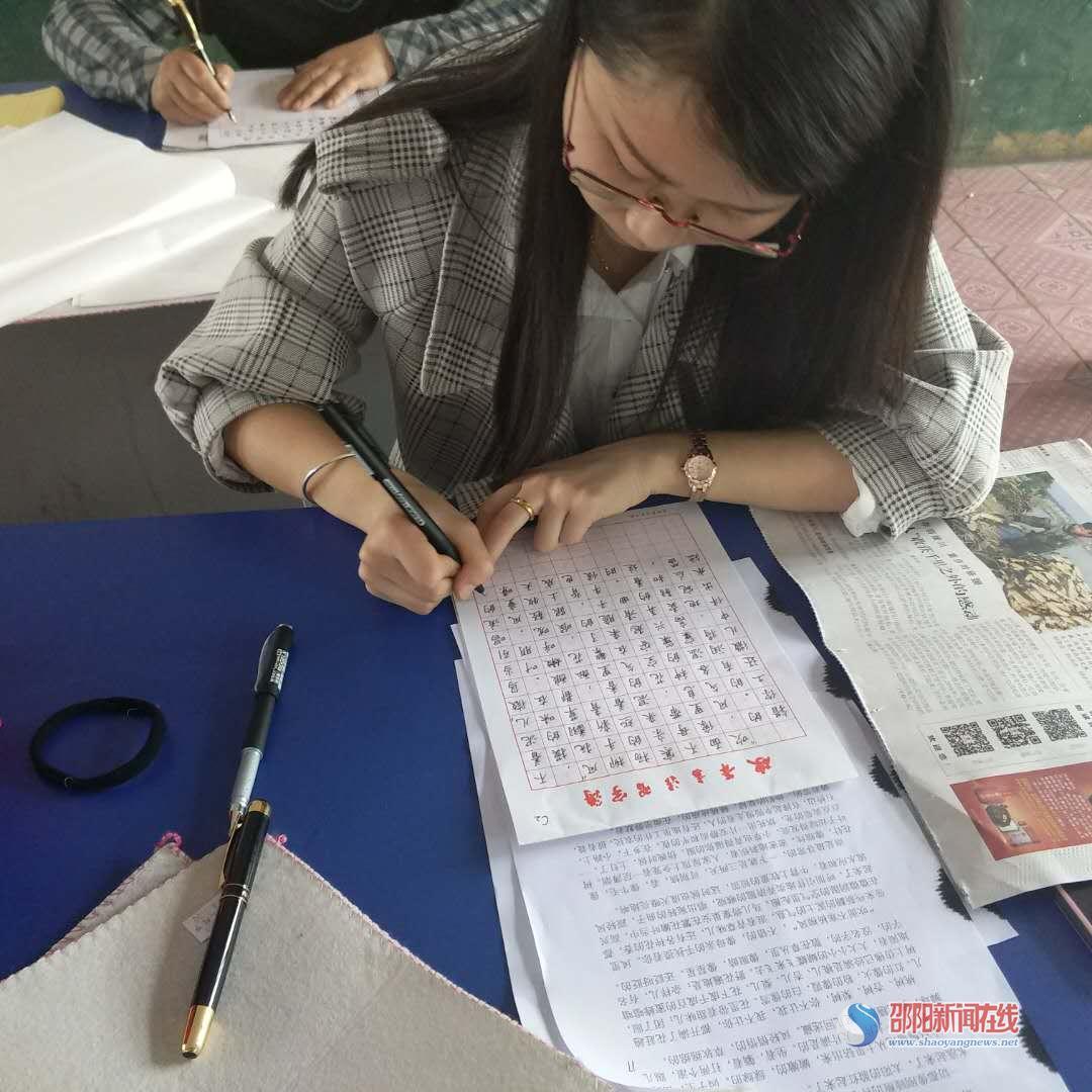 """隆回县三阁司镇中心学校举行""""展书法魅力、构和谐校园""""书法比赛"""