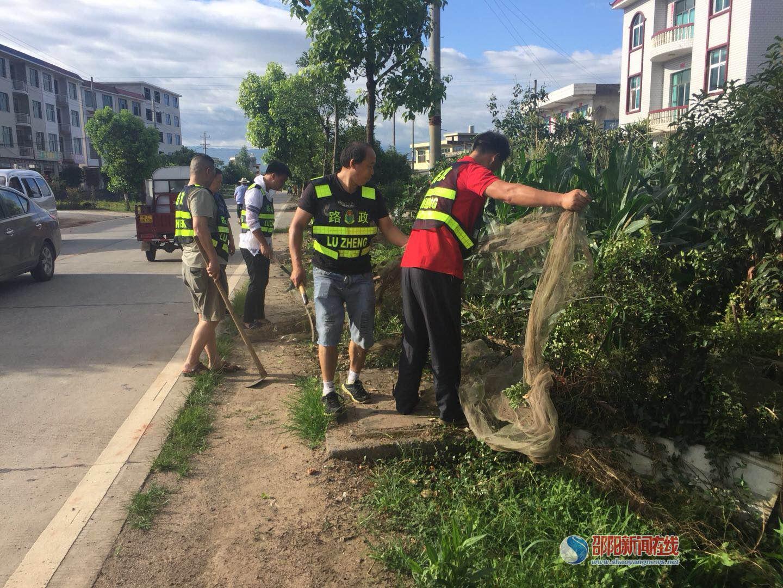 新宁公路局开展路域环境整治确保公路安全