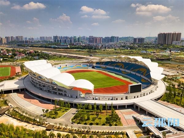 """惊艳!这群小""""红""""人,将邵阳市体育场喷成了""""彩虹""""色"""