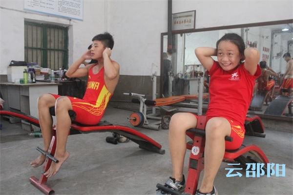 邵阳拍客 | 16名举重健儿加紧训练,为赴衡阳夺省运会金牌