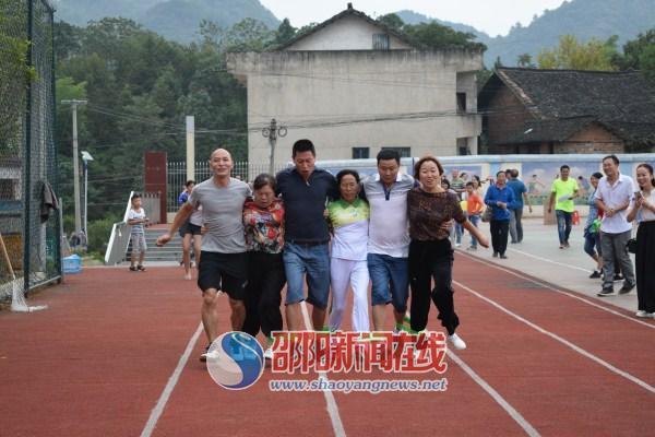 新邵寸石镇中心校举行教职工趣味体育运动会