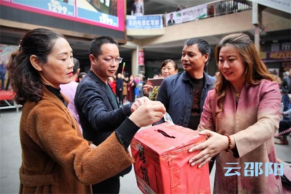 邵阳拍客丨重阳节,市区一群志愿者通过文艺义演献爱心