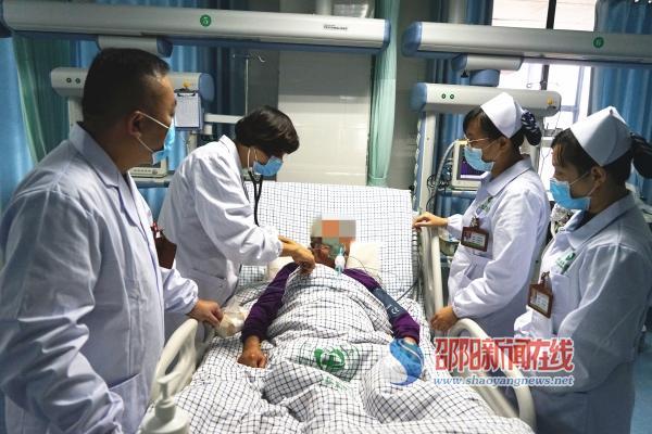 邵东县中医医院医护人员彻夜守护救回重症患者