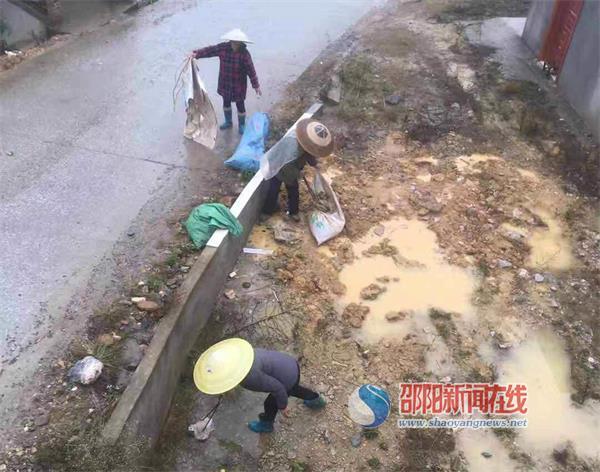 """新邵县小塘镇:雨中坚守一线的乡村""""美容师"""""""