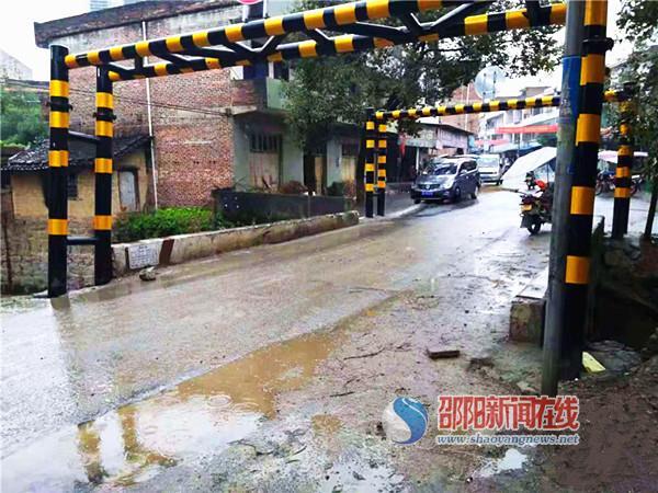 邵阳县公路局交通管制危桥 保群众出行安全