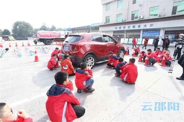 邵阳拍客丨邵阳交警邀请学生们进警营做实验