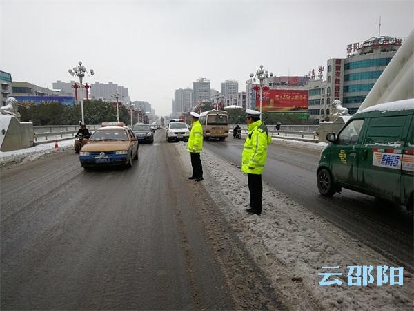 邵阳交警抗雪搏冰保畅通