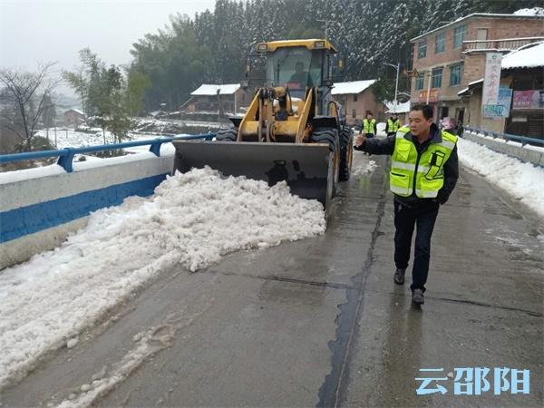 隆回县公路局:撒盐车、铲车轮番出动,破冰除雪保312省道畅通