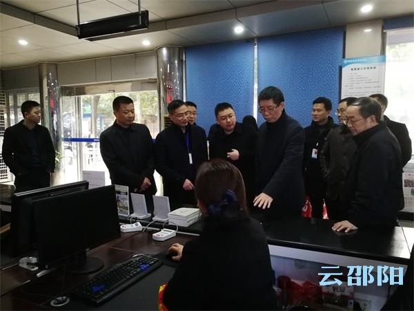 刘事青看望慰问加班企业职工和城管环卫警务交通一线工作人员