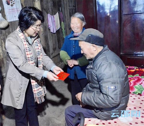 周迎春到新宁走访慰问困难群众:坚持以人民为中心 切实做好扶贫帮困工作