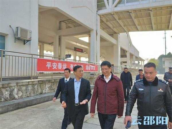 刘事青看望慰问电力工人和春运工作人员