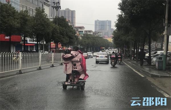 提醒:这样骑电动车带孩子,太危险了!