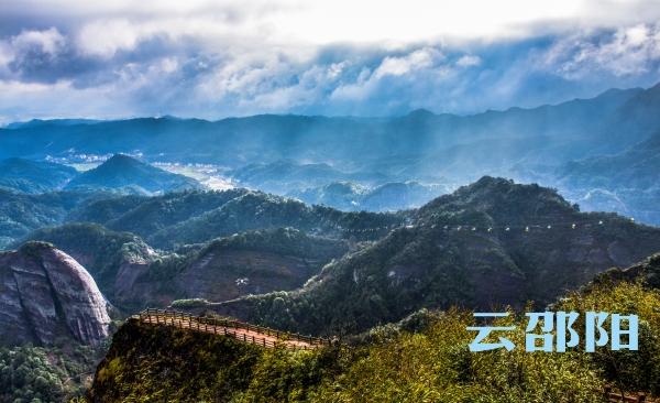 新宁县崀山风景区八角寨上也是时而阳光万里,时而云雾缭绕,秀美的风景