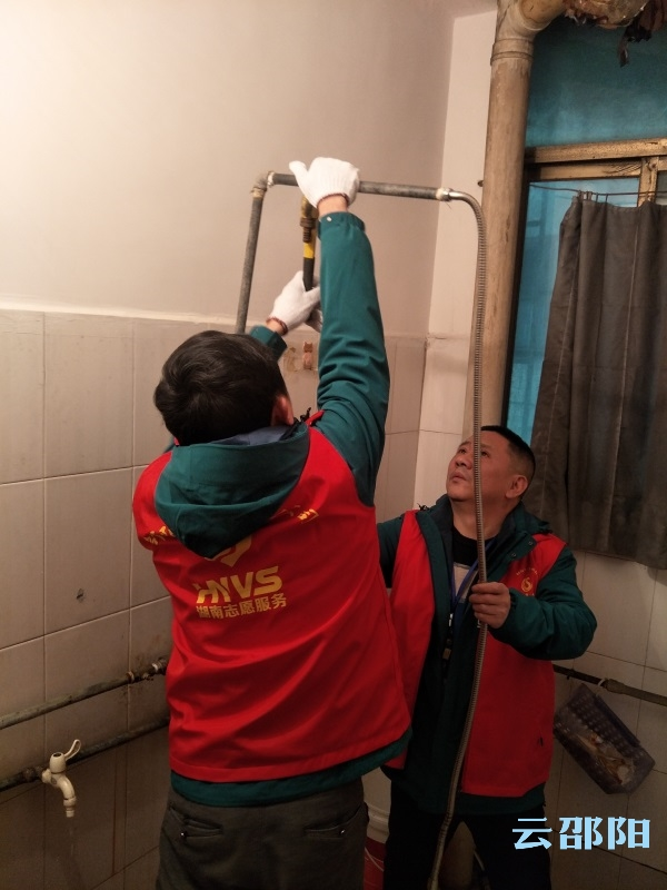 市自来水公司志愿者义务维修解决居民用水问题