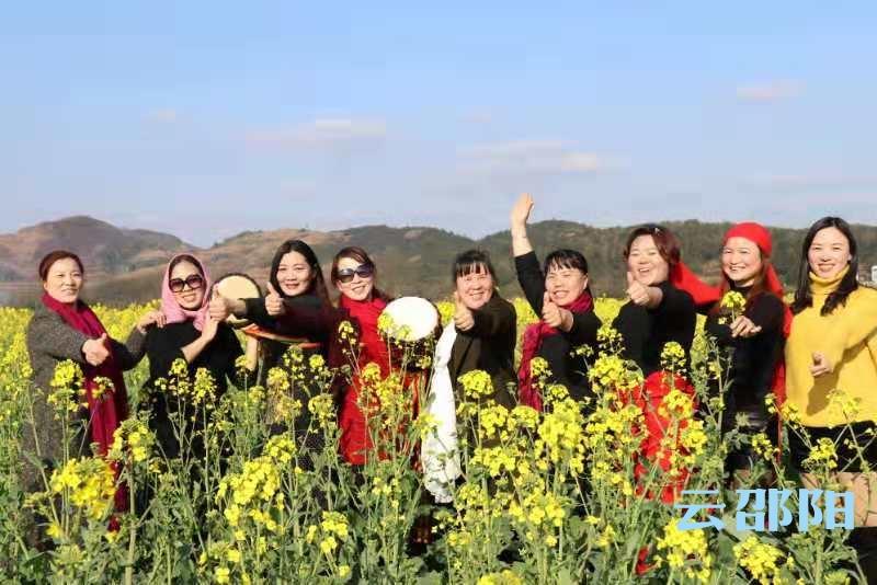 邵阳拍客丨春来好时光,隆回鼓手们户外踏春赏油菜花