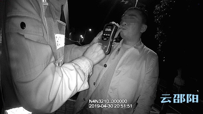 邵阳一男子酒驾被查  掏钱行贿被拒