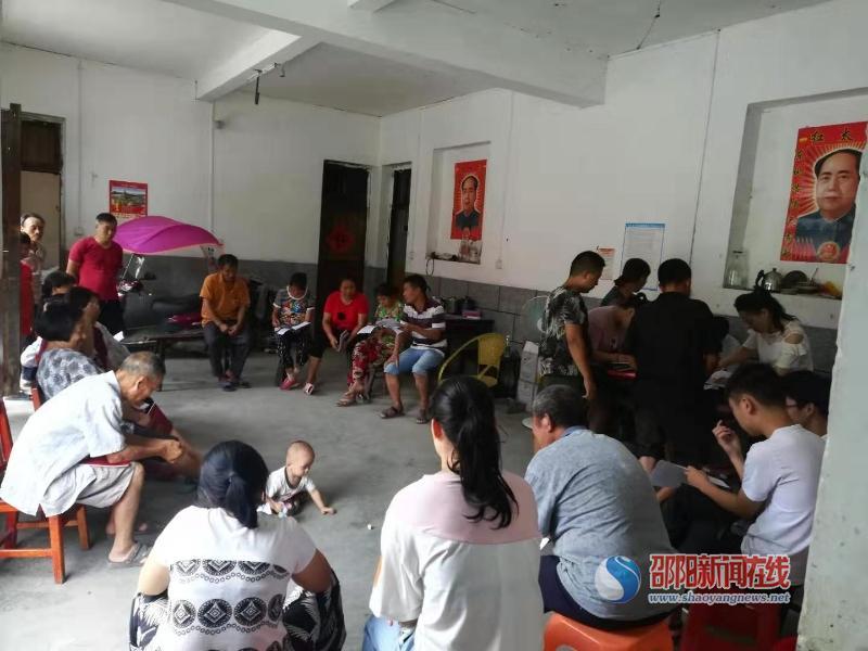 隆回六都寨镇组织召开脱贫攻坚感恩教育暨民情恳谈会