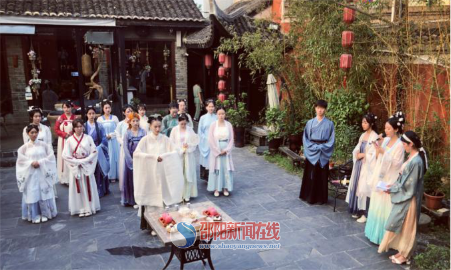 传承中华传统文化 身着汉服中秋拜月