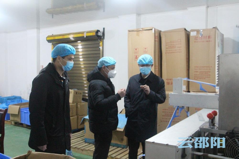 刘事青再次到邵东两家防疫物资生产企业看生产问困难解难题