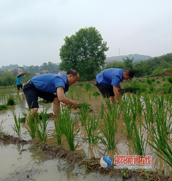 邵阳县城管队员助力贫困户春耕生产增收