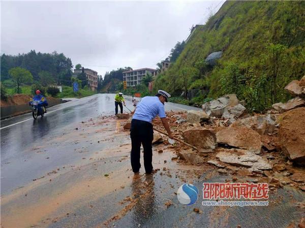 泥石流阻路 隆回县公安交警坚守一线保畅通