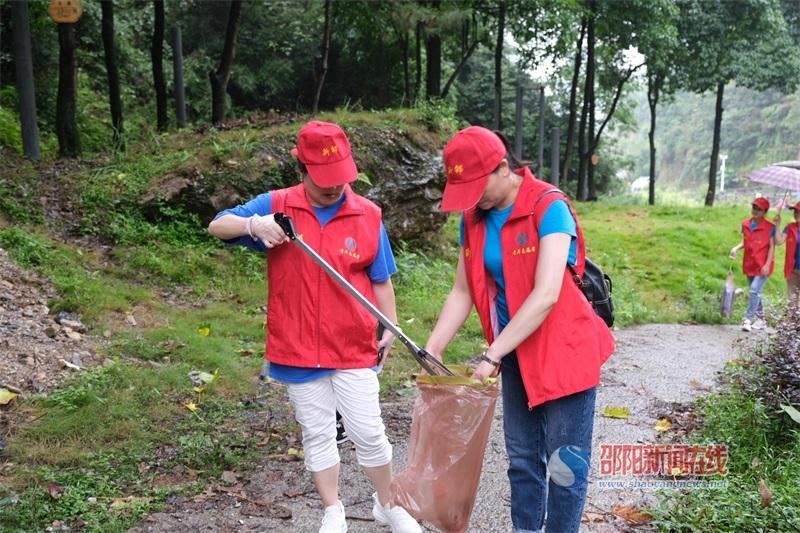 爱护环境  你我同行——新邵县人民医院第三党支部开展志愿服务活动