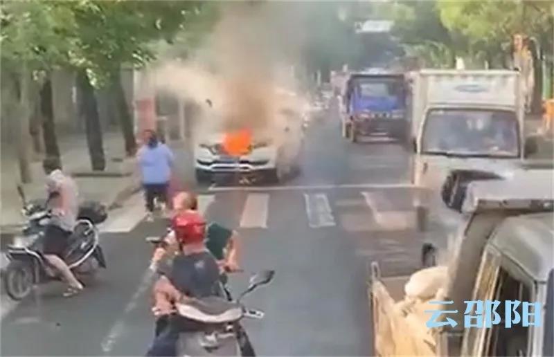 邵阳市区一小车发生自燃,市民拍下这样一幕