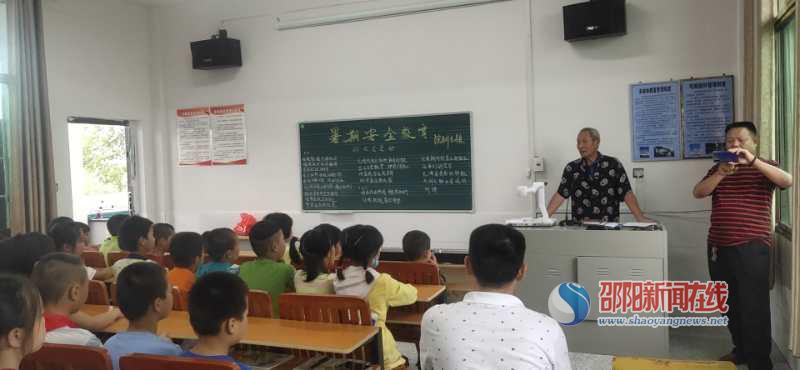 古稀警官践行县域警务,力促暑假学生安全