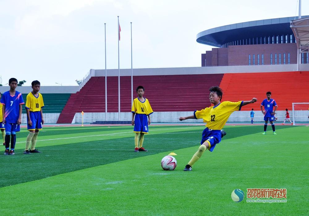 爱足球,爱运动 ——武冈市中小学生校园足球比赛激战正酣