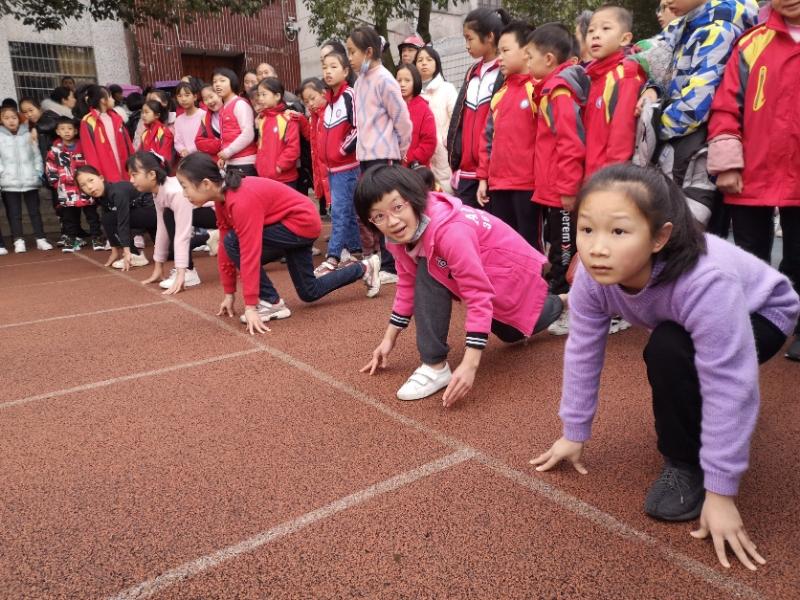 武冈市迎春亭东方红小学举行冬季田径运动会