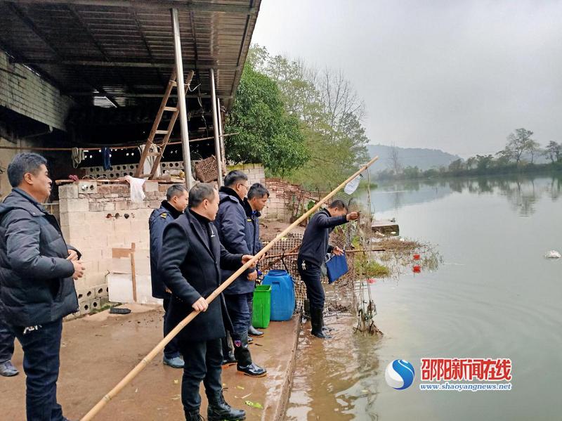 新宁县开展夫夷江流域新寨河地笼网清理专项行动