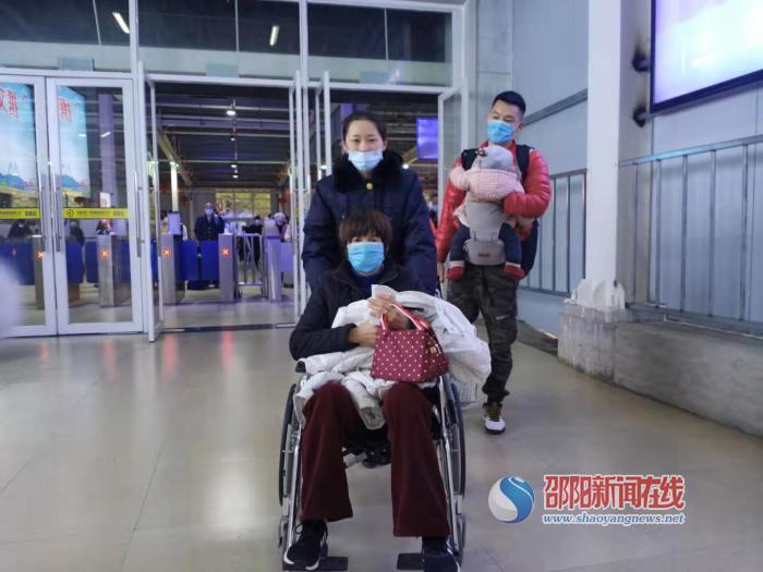 邵阳火车站工作人员为旅客温暖护航