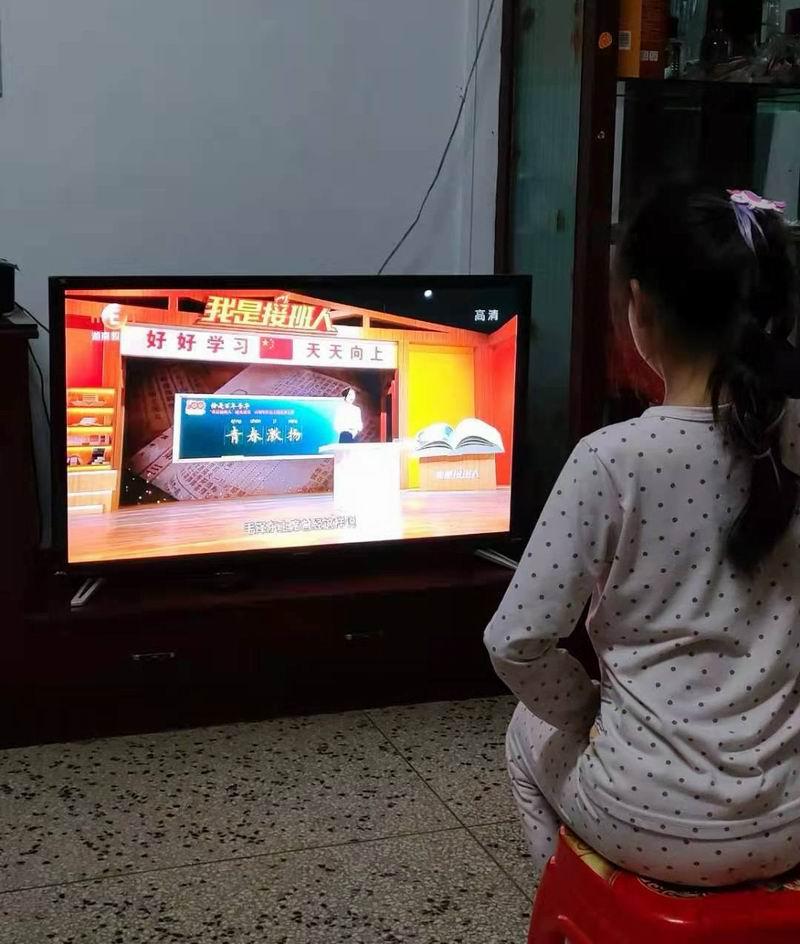隆回县滩头镇白居小学组织学生观看《青春激扬》