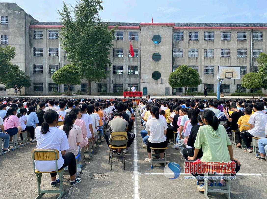 新宁县马头桥镇开展法制进校园暨消防演练活动